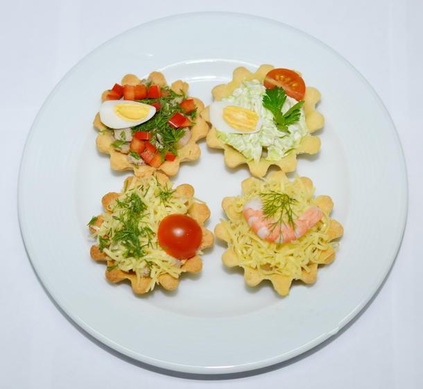 Оливье с жареным лососем в тарталетке  (филе лосося, свежие огурцы, картофель, зеленый горошек, яйцо, майонез, зелень)