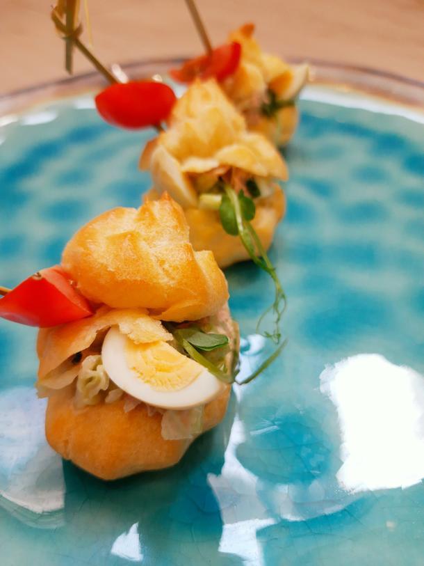 Профитроль с салатом из судака и кальмарами   (салат микс, кальмары, филе судака, яйцо перепелиное, черри, соус пикантный, зелень)