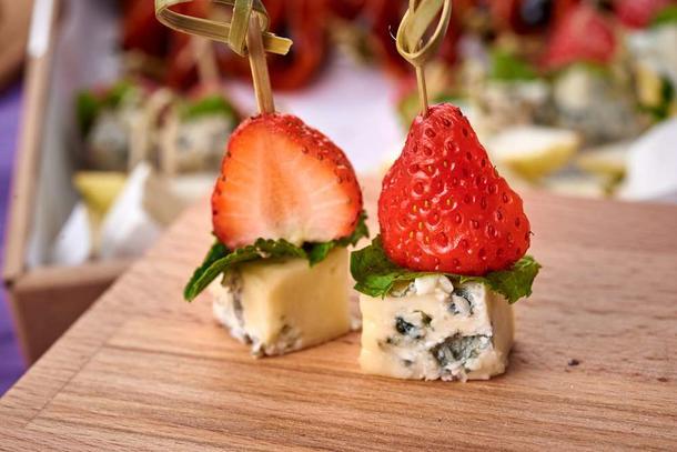 Канапе  с сыром Дор Блю, свежим базиликом и клубникой