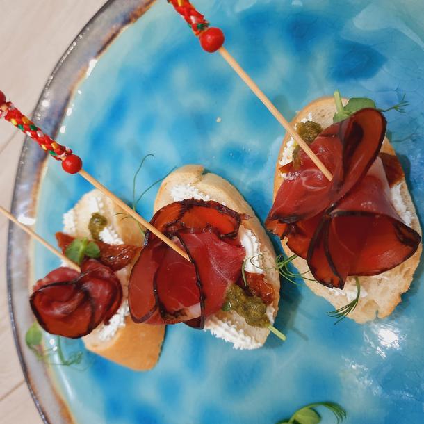 Брускета с пармской ветчиной, рикоттой и вялеными томатами