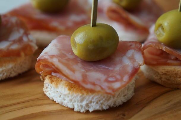 Канапе с сыровяленой колбасой и оливкой