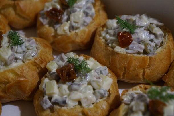 Профитроль с салатом с языком и грибами