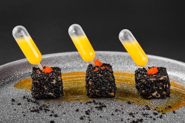 """Канапе с тунцом в стиле """"Татаки"""" с цитрусовым соусом"""