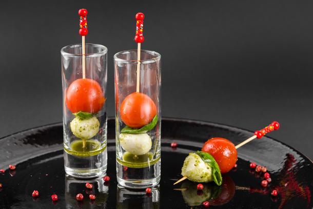 Канапе «Капрезе» в шоте  (мини-моцарелла, черри-томат, Песто