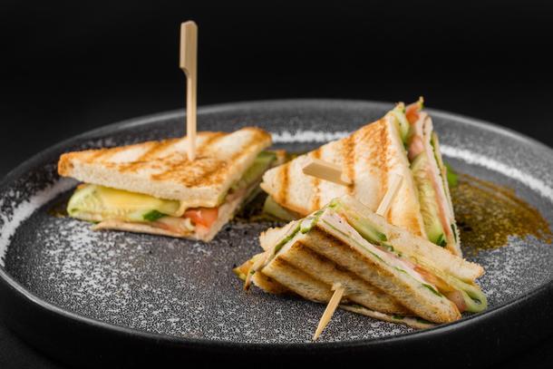 """Сэндвич с цыпленком /куриное филе, томат, огурец, салат, сыр, соус """"Цезарь""""/"""