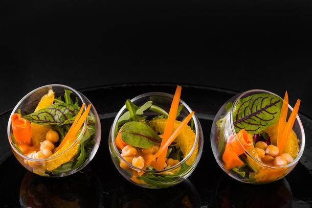 ТЕПЛЫЙ САЛАТ С АПЕЛЬСИНОМ, НУТОМ И ОВОЩАМИ / цукини, апельсин, нут, морковь, руккола, перец болг., оливковое масло /