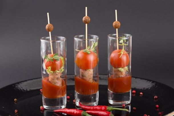 Канапе с баварскими колбасками с черри-томатами и соусом барбекю в шоте
