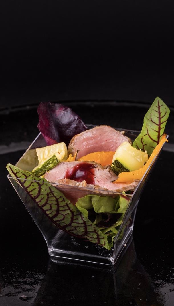 Салат с ростбифом , листьями салата и овощами - гриль