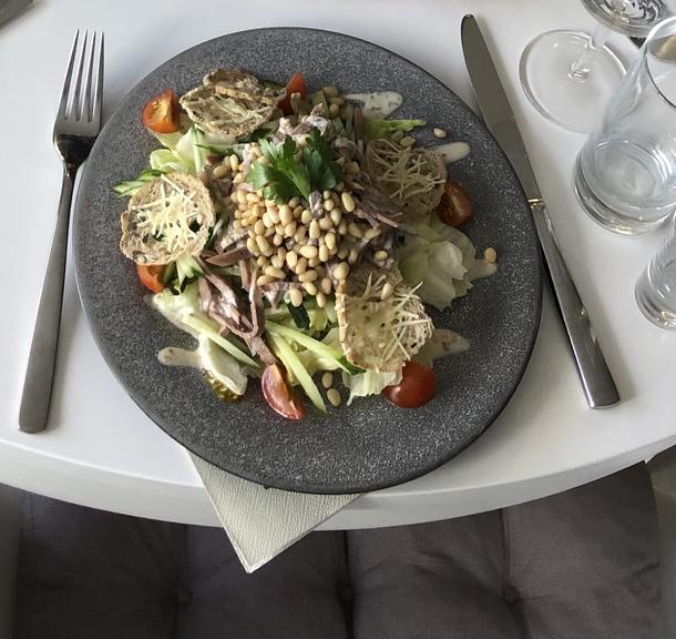 Салат с языком и сырными гренками