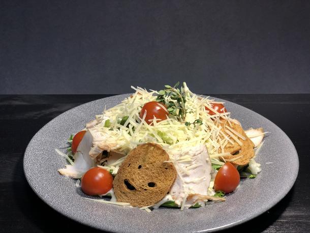 Цезарь с куриной грудкой                                             Кур.грудка, крутоны ,черри-томат , пармезан, соус Цезарь