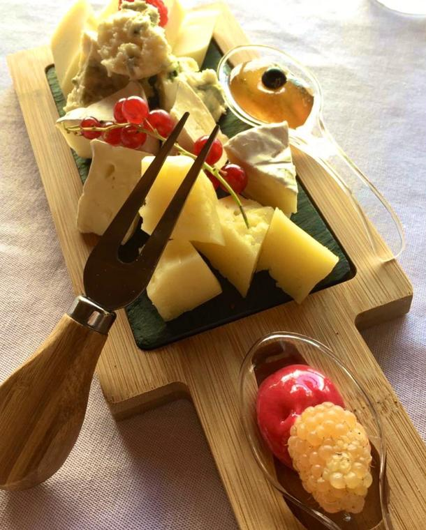 Сырное плато (пармезан, сыр с благородной плесенью, сыр Бри, сулугуни) с медовыми сотами и лесными ягодами